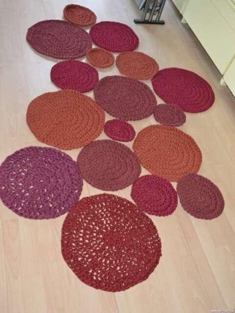 36. Tapete de crochê para cozinha formado por círculos