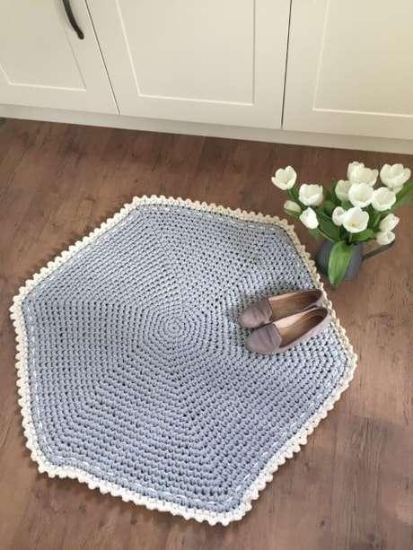 27. Tapete de crochê para cozinha em formato hexagonal azul com borda branca. Foto de Love Crochet