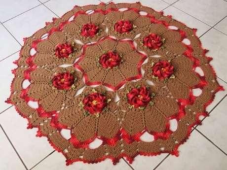 60. Tapete de crochê para cozinha marrom com flores vermelhas