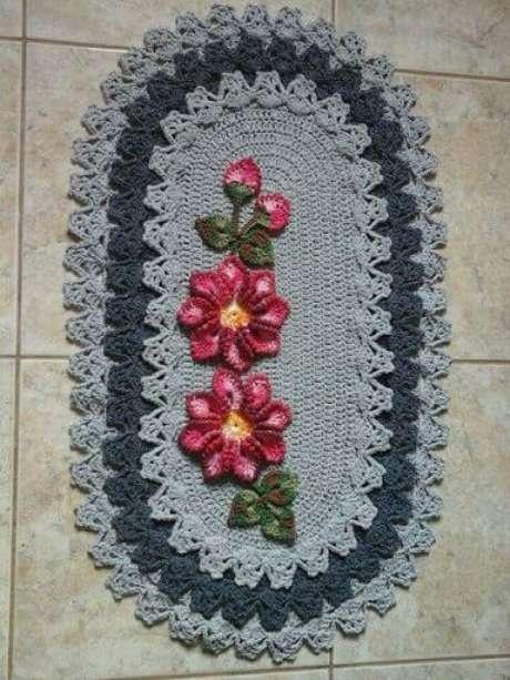 51. Tapete de crochê para cozinha oval, cinza e com duas flores