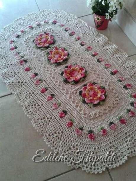 38. Tapete de crochê para cozinha ovalado com flores cor de rosa. Foto de Pinterest