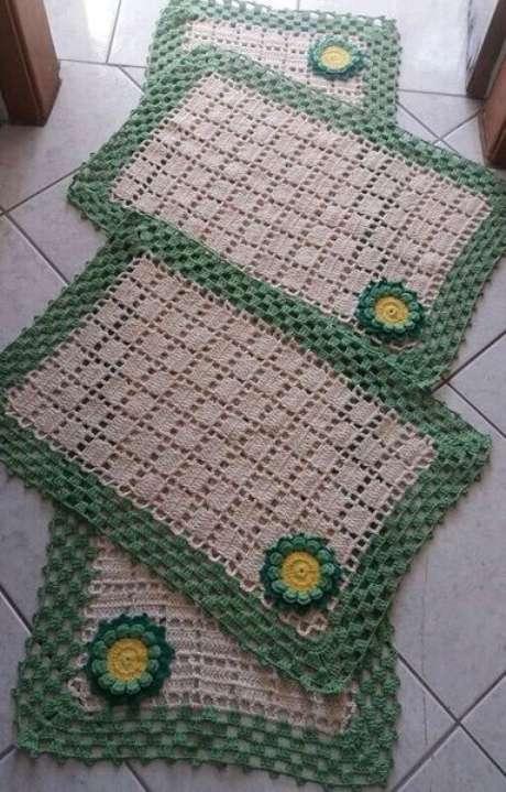 98. O tapete de crochê para cozinha sempre pode ganhar flores. Foto: Pinterest