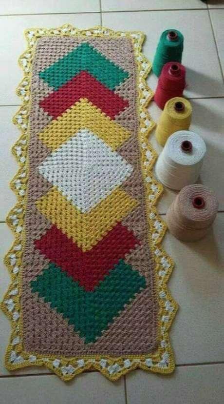 65. O tapete de crochê para cozinha colorido é delicado. Foto: Artesanatop