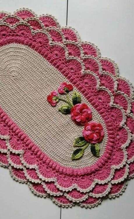 71. Flores são muito comuns em tapete de crochê para cozinha. Foto: Decor Fácil