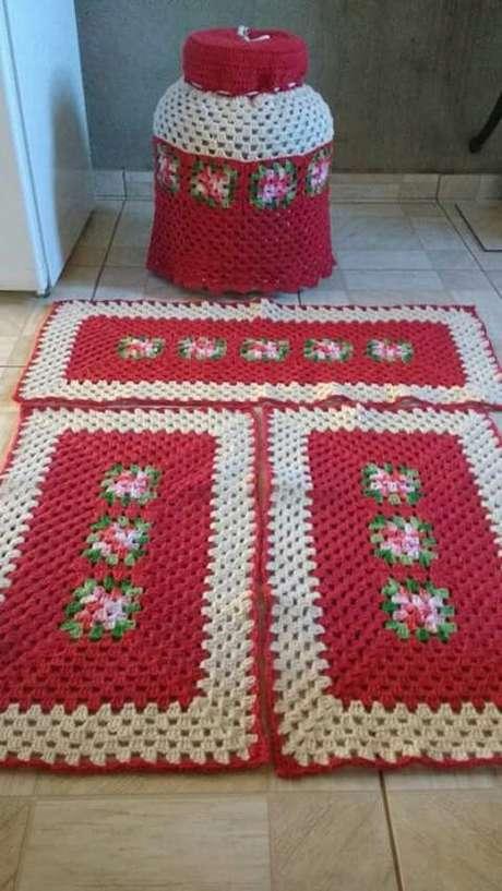 75. A capa do seu botijão pode combinar com o seu tapete de crochê para cozinha. Foto: Blog da Juliana