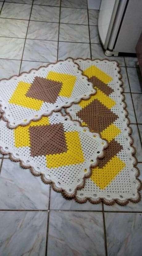 76. O tapete de crochê para cozinha com padrões coloridos dão mais destaque ao cômodo. Foto: Top Buzz