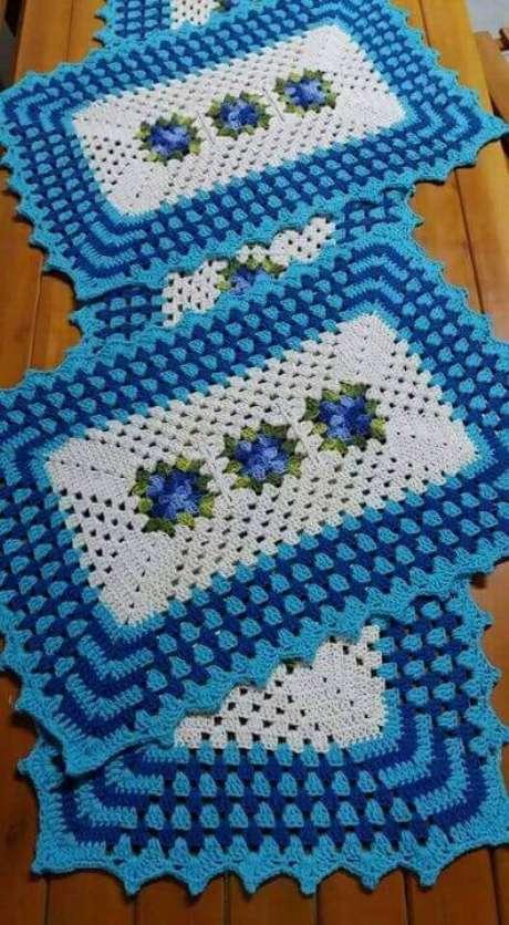 77. O tapete de crochê para cozinha pode brincar com diferentes detalhes. Foto: Pinterest