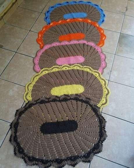 83. O tapete de crochê para cozinha pode fazer parte de um jogo colorido. Foto: Dicas de Mulher