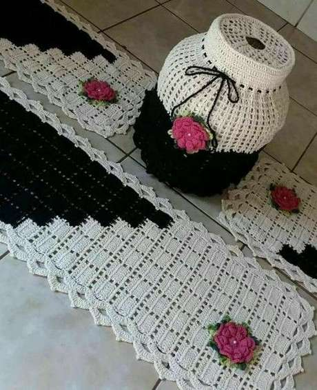 85. Mais um exemplo de como o design do tapete de crochê para cozinha pode também estar em outros elementos. Foto: Elo7