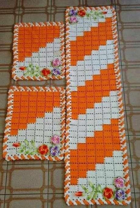 87. O tapete de crochê para cozinha na cor laranja é chamativo. Foto: Revista Artesanato