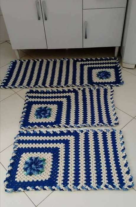 89. O tapete de crochê para cozinha na cor azul é simples e delicado. Foto: Pinterest