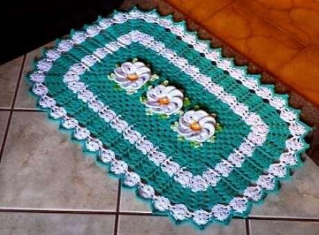 43. Tapete de crochê para cozinha verde com flores brancas. Foto de Pinterest