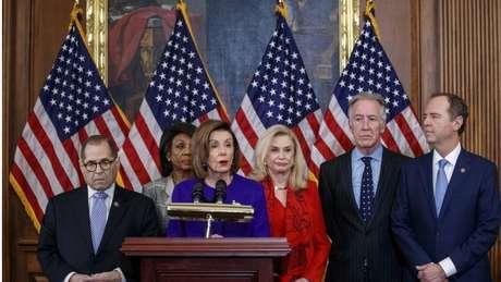 A presidente da Câmara, Nancy Pelosi, ao lado de Jerrold Nadler (canto esquerdo) e Adam Schiff (canto direito), anunciou acusação formal contra Trump por obstrução do Congresso e abuso de poder