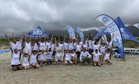 Mutirão com participação de voluntários retirou lixo de praia do litoral de São Paulo