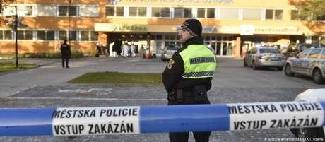 Após tiroteio, polícia isola área em torno do Hospital Universitário em Ostrava, na República Tcheca