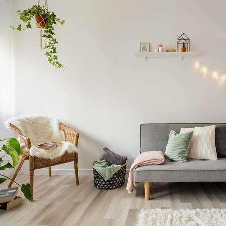5. Vasos de plantas são ótimos para mudar o visual da sala de estar decorada – Foto: Habitissimo