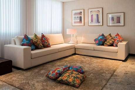4. Sala simples decorada com quadros e almofadas coloridas – Foto: Habitissimo