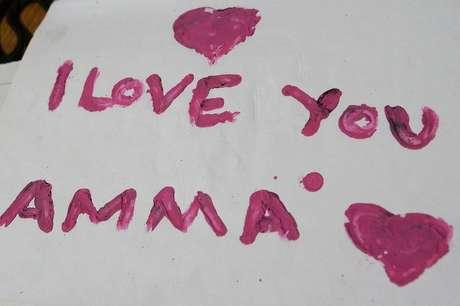 Em mensagem na capa, a mensagem 'Eu te amo, mamãe'