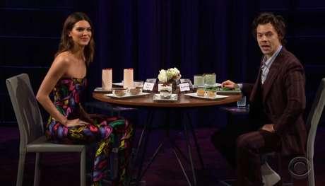 O cantor Harry Styles e a modelo Kendall Jenner participaram de um quadro de perguntas e respostas no programa de James Corden