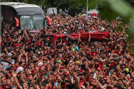 Imagem do embarque da delegação para Lima, para a final da Libertadores