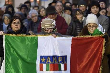 Bandeira da Associação Nacional dos Partisans Italianos na cerimônia pelos 50 anos do 'Massacre da Piazza Fontana'