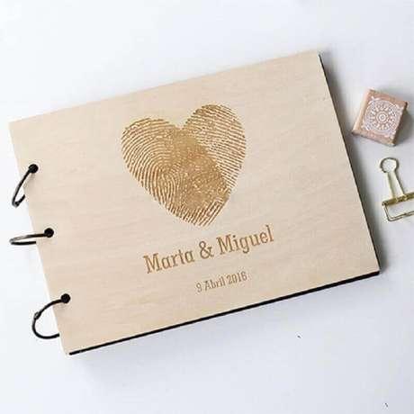 12. Convite de casamento simples em formato de livrinho – Foto: Amare Wedding