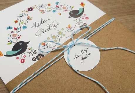 74. Convite de casamento simples com detalhes coloridos. Fonte: Pinterest