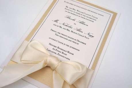 15. A fita de cetim é capaz de deixar um toque bem delicado no convite de casamento simples e barato – Foto: Our Wedding Ideas