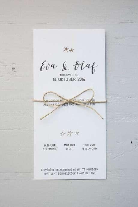 16. Que tal fazer um laço com barbante no seu modelo clássico de convite simples de casamento – Foto: Pinterest