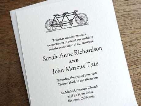 24. Se puder, coloque toque de personalidade do casal como esse convite simples de casamento com desenho de bicicleta – Foto Em Papers