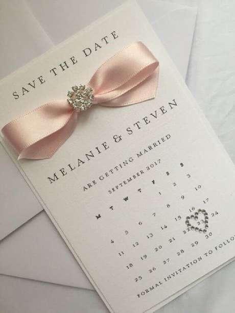 26. Decoração com fita de cetim e brilhantes para modelo clean de convite de casamento simples – Foto: Convite Feito