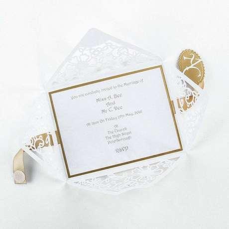 27. Que tal investir em um cartão com detalhes vazados para o convite de casamento simples? – Foto: Hobby Crafts