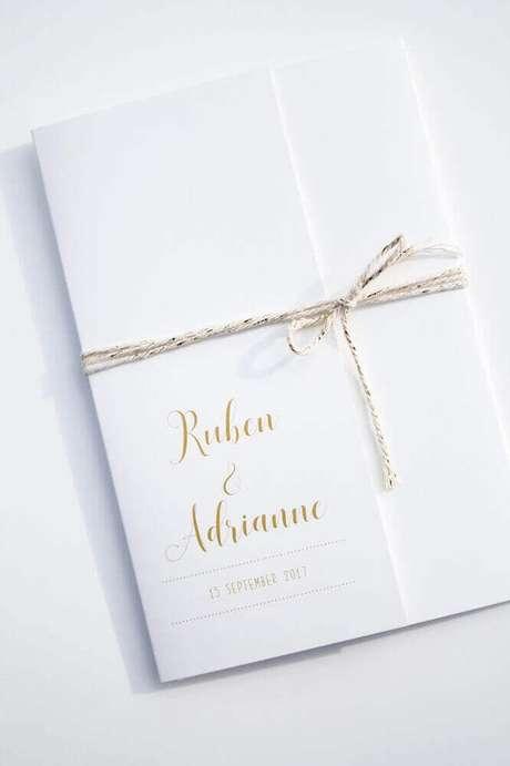 29. Modelo clássico de convite simples de casamento com letras douradas e laço feito com corta para fechar o envelope – Foto: Leesign