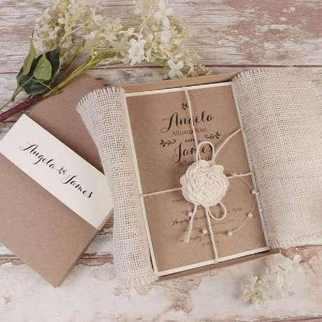 32. Para o convite simples de casamento rústico, utilize detalhes em juta na decoração – Foto: Cartalia