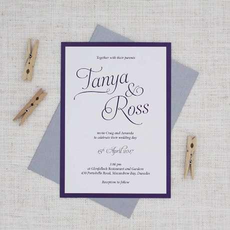 33. Modelo de convite de casamento barato e simples com detalhes em azul – Foto: Bemyguest.