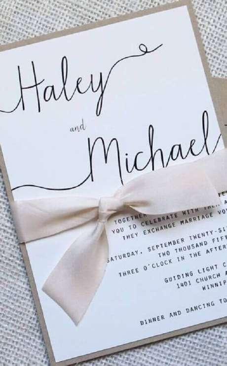 35. A fita de cetim trás um toque especial para o convite de casamento simples – Foto: Pinterest