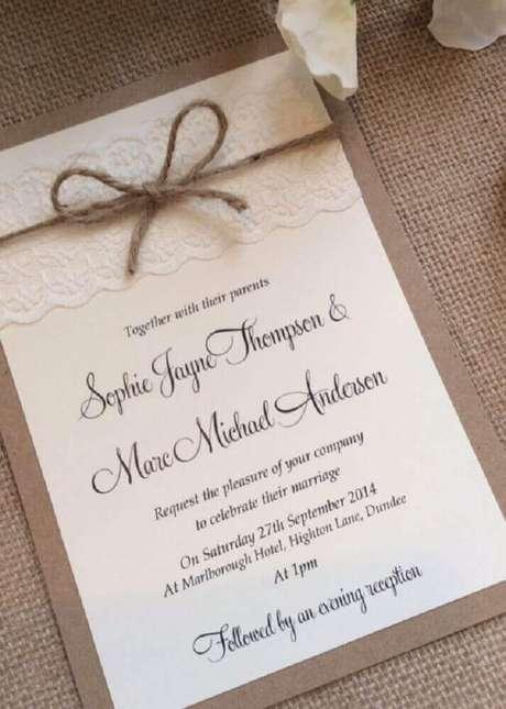 37. Para um convite de casamento simples e romântico procure misturar detalhes com renda e barbante – Foto: Techllc