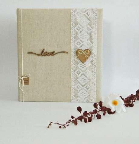 38. Modelo rústico de convite simples de casamento com detalhe em renda que remete ao romantismo – Foto: Pakamera