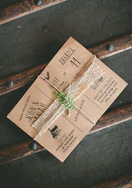 7. O convite de casamento simples e rústico pode ser finalizado com barbante para dar um toque especial – Foto: 100 Layer Cake