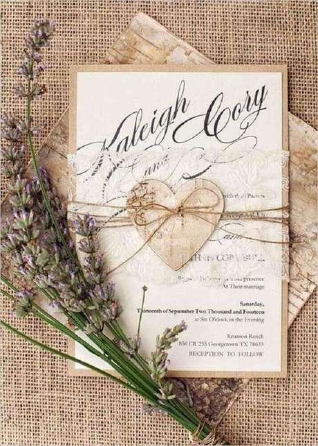 45. Modelo de convite de casamento simples e rústico, com detalhes em renda e papel reciclável – Foto: Mag Medias