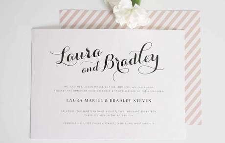 50. Layout clean em convite de casamento simples e clássico com envelope listrado de branco e rosa – Foto: Home Decoo