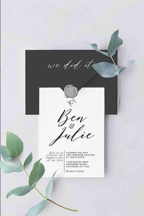 52. O envelope preto é perfeito para aquele casal moderno que prefere um modelo mais atual e minimalista de convite de casamento simples – Foto: Pinterest