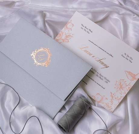 78. Modelo de convite de casamento simples com detalhes florais. Fonte: Papel e Estilo
