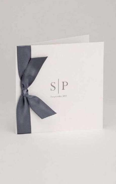 57. A fita de cetim preta deu um ar mais sofisticado para o convite de casamento simples com estilo clássico – Foto: Pinterest