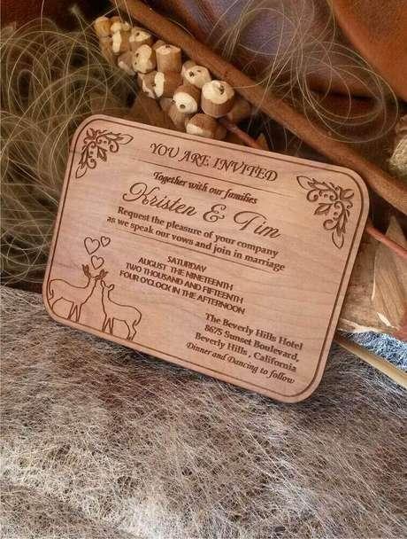 8. Uma placa de madeira gravada com as informações do casamento é uma excelente forma de como fazer convite de casamento – Foto: Etsy