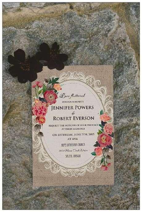 69. Modelo vintage de convite de casamento simples com estampa de flores – Foto: Elegant Wedding Invites
