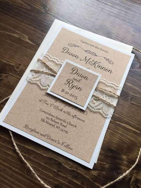 71. Renda e barbante dando um acabamento delicado ao convite de casamento simples e delicado – Foto: Wedd Book