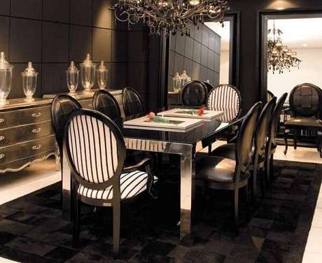 8. Sala de jantar sofisticada com lustre colonial e cadeira medalhão. Fonte: Pinterest
