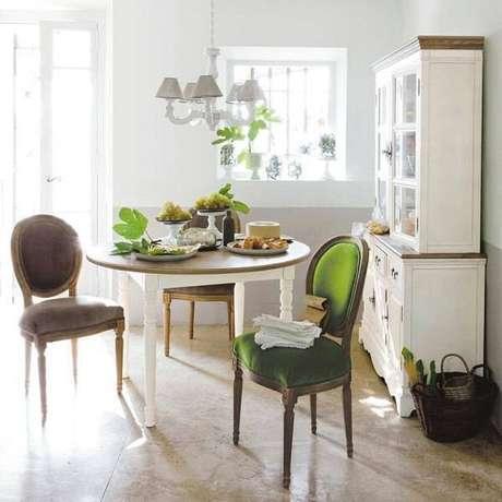 40. A estampa das cadeiras combinam perfeitamente com a decoração do ambiente. Fonte: Pinterest
