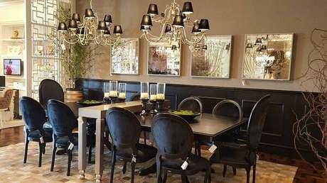 9. Sala de jantar sofisticada com cadeira medalhão preta. Fonte: Kleiner Schein